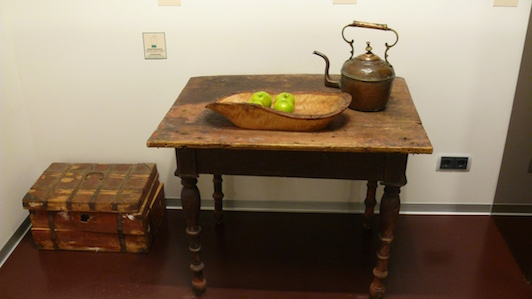 Стол, яблоки и чайник. Руками не трогать